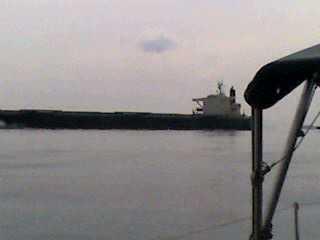 巨大船通過中